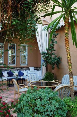 Dar El Kanoun : The outside dining area.