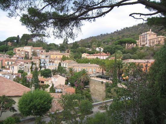 Hostellerie du Cigalou: Bormes -- Cigalou is to right of photo