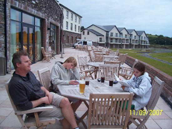 Sneem Hotel: Relaxing on the patio