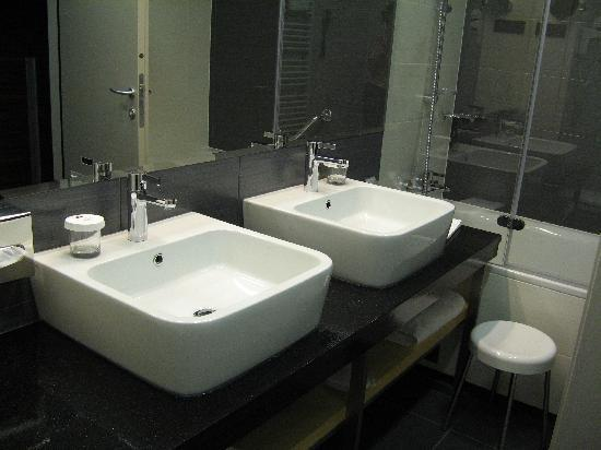 Atrium Hotel: The bathroom