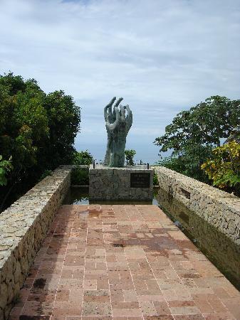 Capilla de la Paz (Chapel of Peace): Las Manos de la Hermandad (The Hands of Brotherhood)