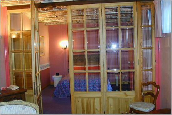 La Howarderie Hotel : View into a bedroom