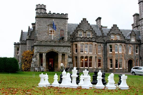 Inverlochy Castle Hotel: Giant chess on Inverlochy's front lawn