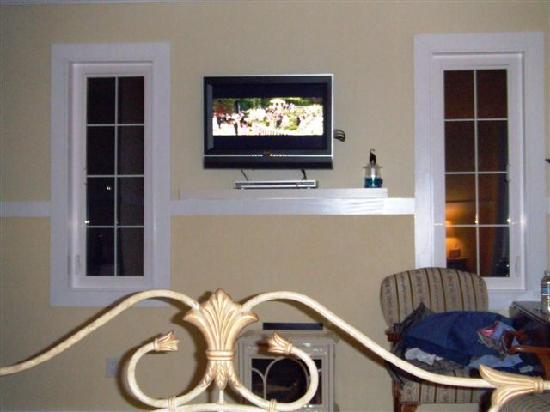 Ardtara Luxury Cottages: Flat screen TV (watching a DVD)