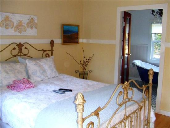Ardtara Luxury Cottages: Bed and view into bathroom
