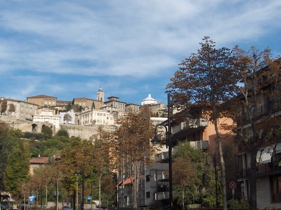 Bergamo, Italia: New looking up to Old