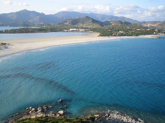 Pullman Timi Ama Sardegna : Au fond au milieu en blanc l'hotel, sur la droite après la pointe de verdure la plage privée