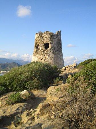 Pullman Timi Ama Sardegna : La tour à droite de la plage qui vous donnera une vue splendide