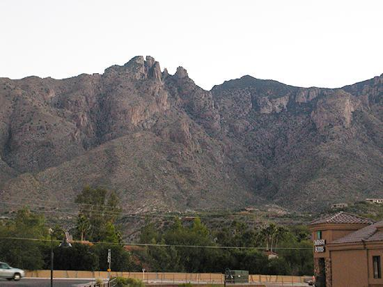 Embassy Suites by Hilton Tucson Paloma Village: Mountain View from balcony