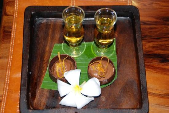 Outrigger Fiji Beach Resort: Served shots of drink's and small desert every night to your bure room at 8pm
