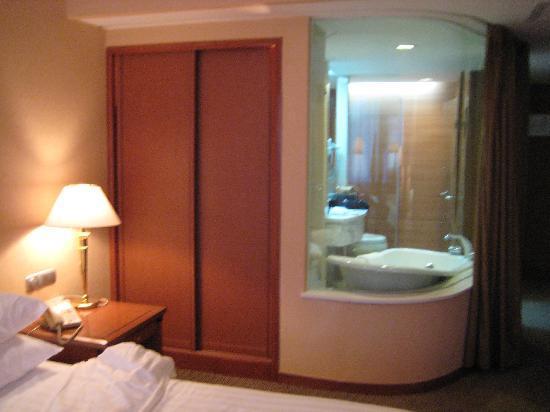 Tong Mao Hotel: My room on 16th floor - bathroom unveiled!
