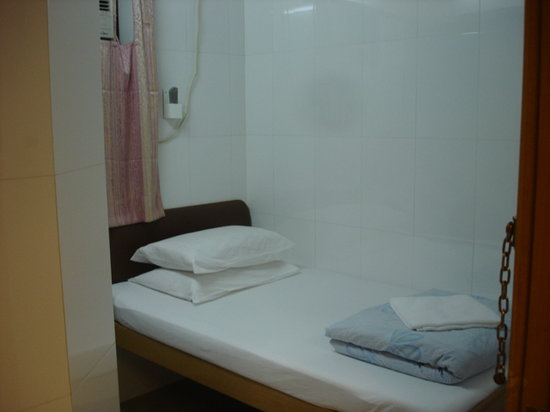 Holiday Guest House Chongqing Mansion: I told you room was small but clean