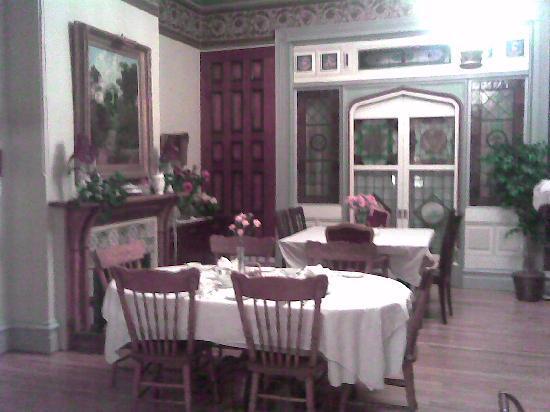 Amethyst Inn at Regents Park: the romantic breakfast room