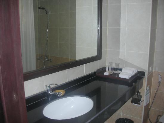 Royal Orchid Resort: nice batroom