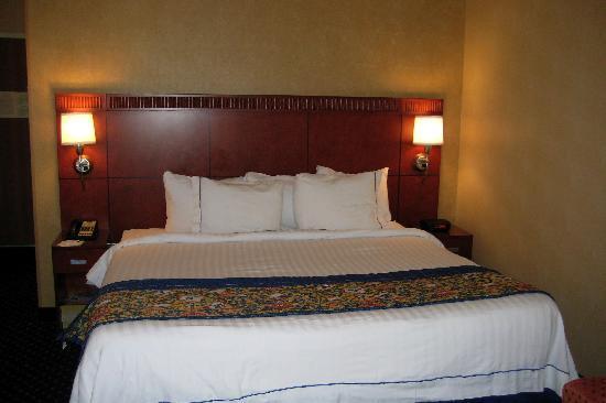 كورتيارد باي ماريوت فونيكس ميسا: King size bed