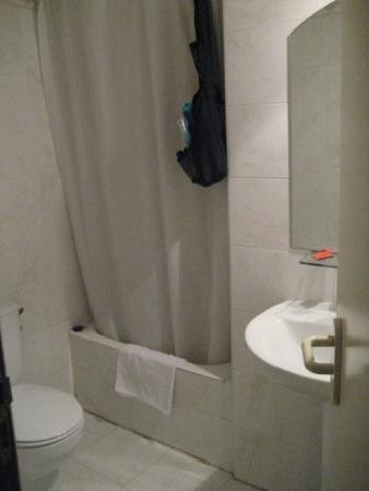 Pension Donostiarra : The Bathroom, small but clean