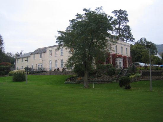 Hunters Moon Hotel: Hotel and the bowling green