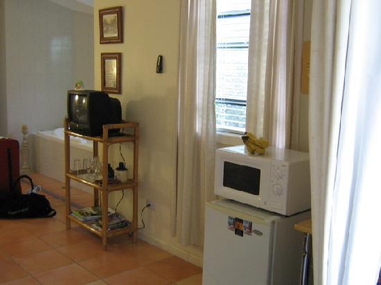 Chez Vous Villas: Kitchenette/Tv/Spa
