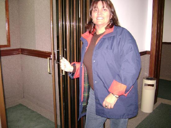 Regis Orho Hotel: En la puerta del ascensor del hotel
