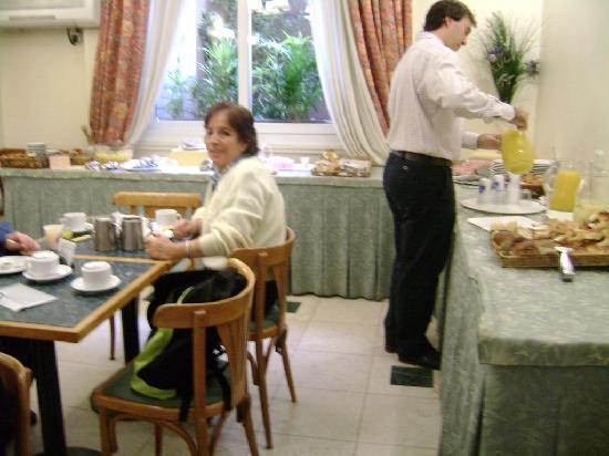 Regis Orho Hotel: Mamá Desayunando en el Regis