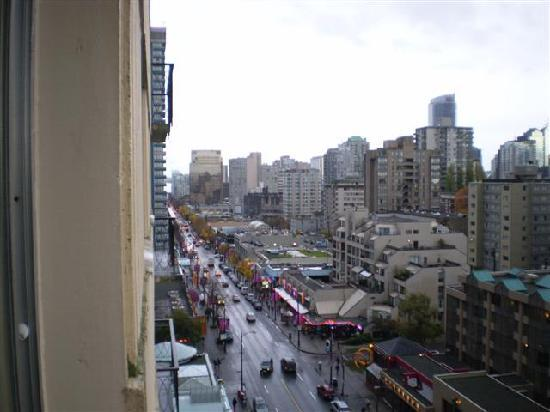 Tropicana Suite Hotel: Looking south on Robson Street