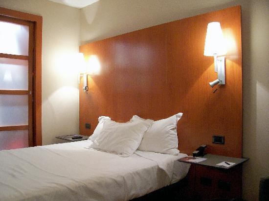 AC Hotel Lleida: Vista de la cama