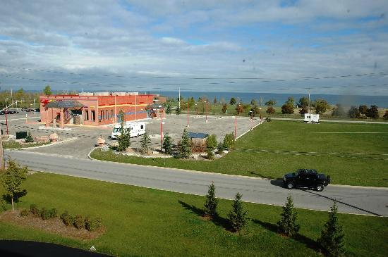 Super 8 Grimsby Ontario: View from our hotel window overlooking Lake Ontario