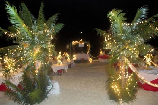 Red Coconut Beach Hotel: entrance by night