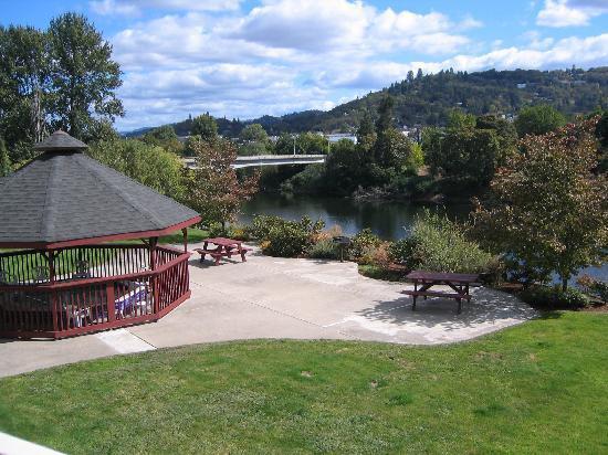 Holiday Inn Express Roseburg: River view with hotel hot tub gazebo