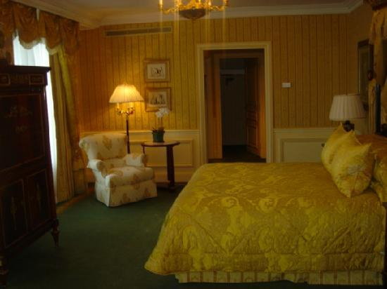 Four Seasons Hotel George V Paris: bedroom