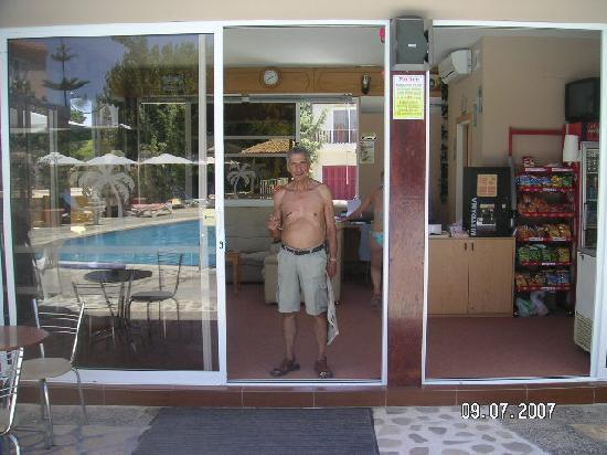 Apollonia Holiday Apartments: The pool bar