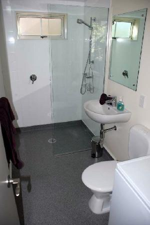 Poplar Lodge: very smart bathroom in self contained cottage