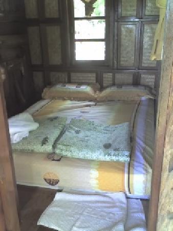 Cave Cliff Tarzan River Kwai Resort : 5 feet bed