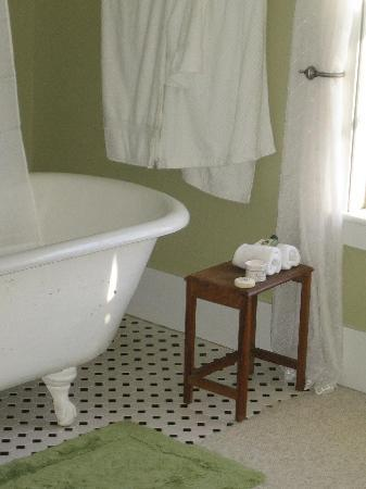 Bishop Farm Bed and Breakfast: clawfoot tub in our room