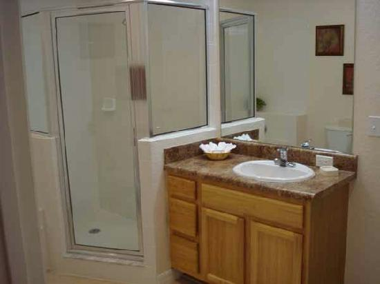 Caribe Cove Resort Orlando: Shared Bathroom
