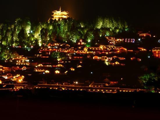 Zen Garden Hotel (Wuyi Yard): Lijiang by night