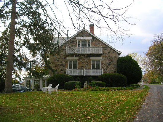 Morgan Samuels Inn: The inn from the front