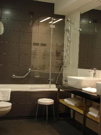 Atrium Hotel: Good sized bathroom, plenty of space and good decor