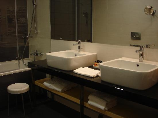 Atrium Hotel: Bathroom with matching sinks
