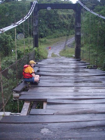 Boquete, Panama : Chris sitting in the rain on the bridge waiting