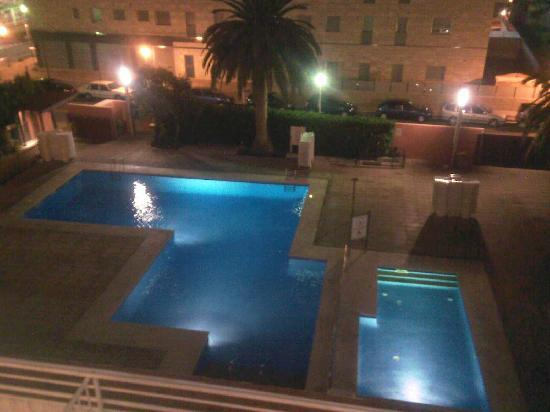 MedPlaya Hotel Santa Monica: pool view at night