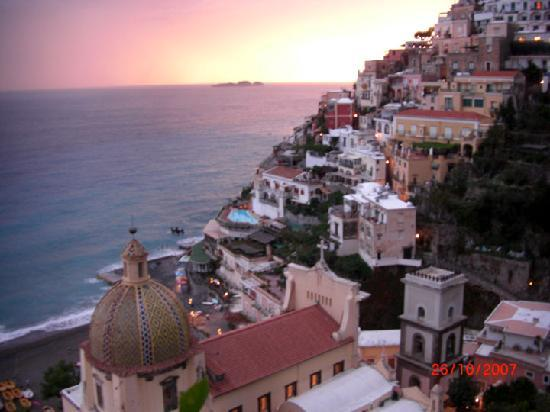 Le Sirenuse Hotel: Positano sunset from room 80's balcony.