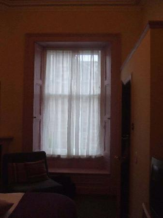MW Townhouse : Original shutter windows