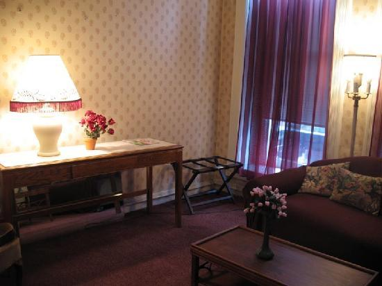 Biltmore Suites Hotel: Second room with couch.