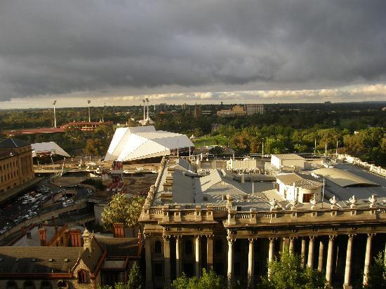 Stamford Plaza Adelaide: Lovely view from Stamford, River Torrens just beyond the white building, Adelaide Festival Centr