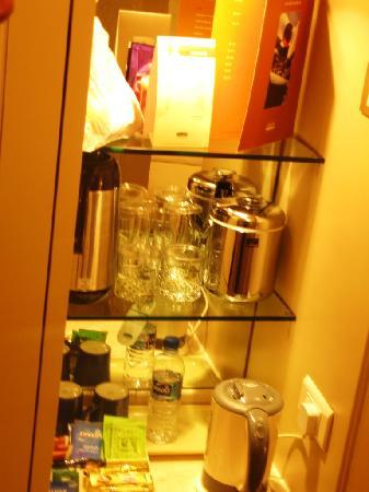Holiday Inn Singapore Orchard City Centre: nice mini bar - updated three times a day