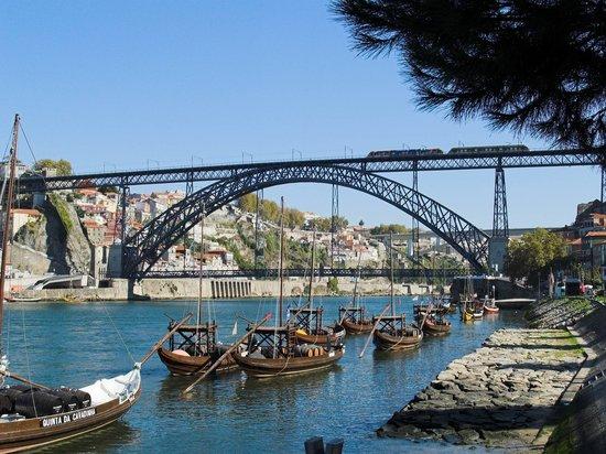 Porto, Portugal: Barcazas y puente