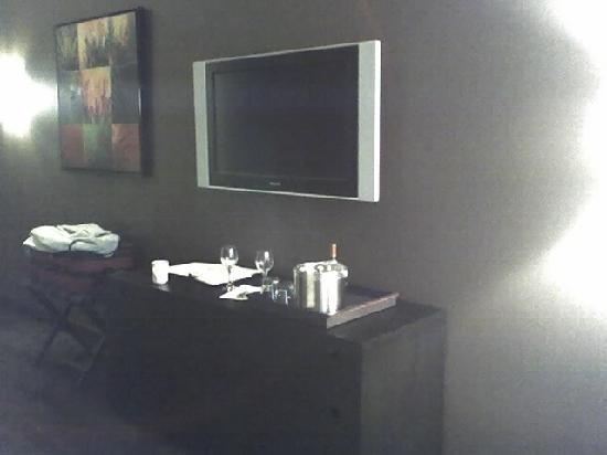 Catfish Bend Inn & Spa: TV + dresser