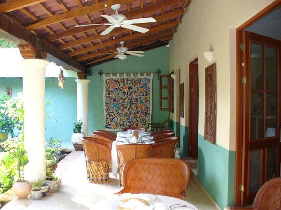 Casa Quetzal: Garden with breakfast table