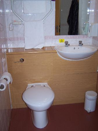 Premier Inn London Putney Bridge Hotel: bathroom